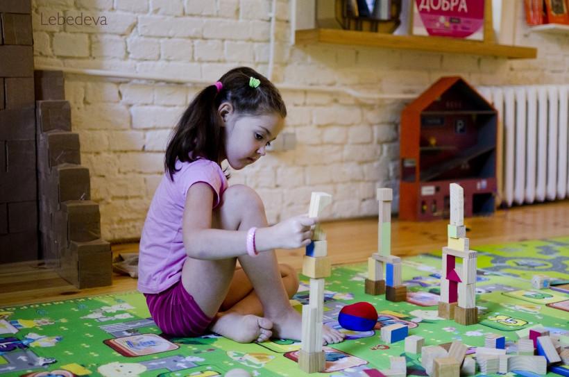 девочка играет в коворкинге
