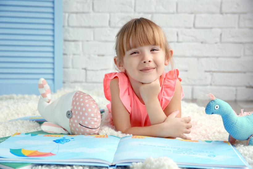 Девочка с книжкой по английскому