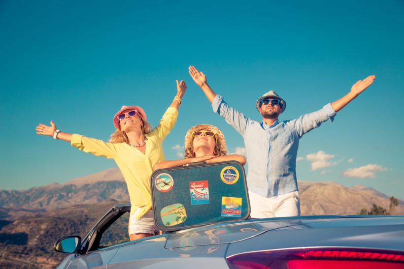Семья путешествует  в машине