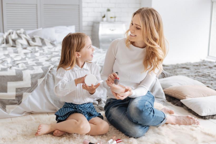 мама и дочка с косметикой