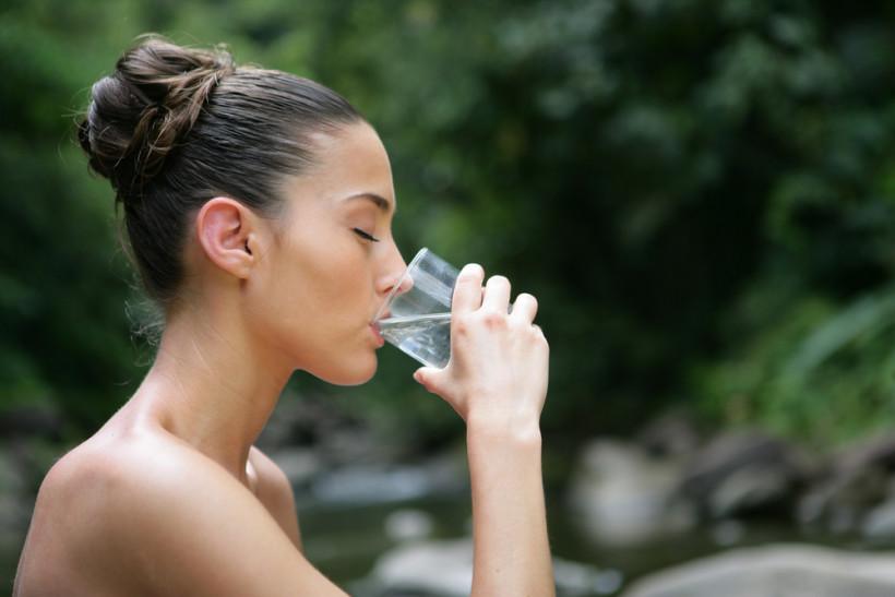 жінка п'є воду