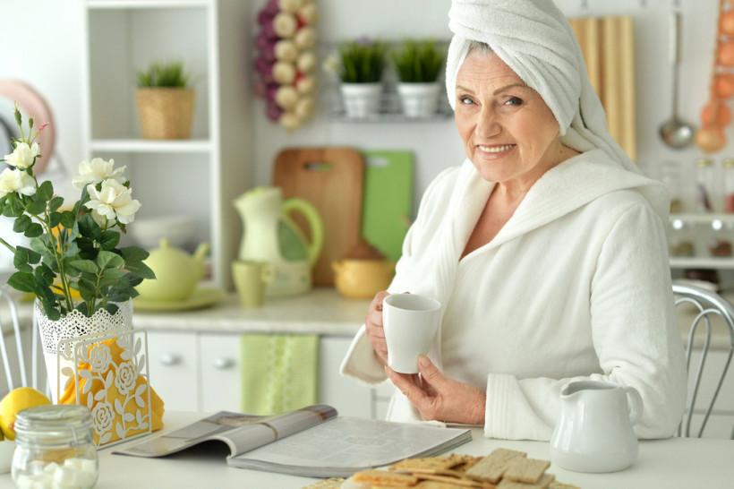 бабушка ухаживает за собой
