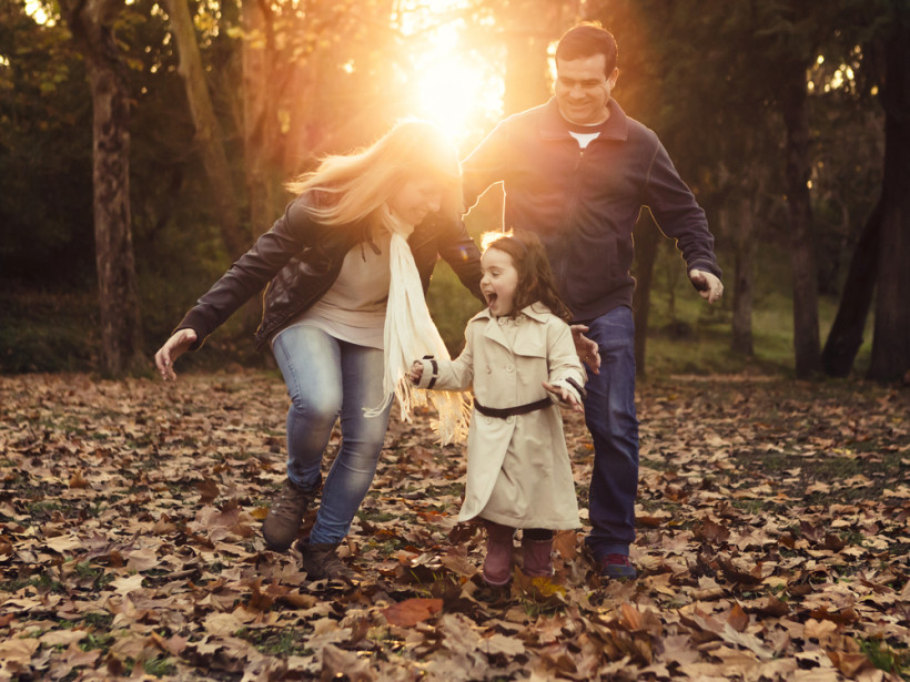 Cемья на прогулке осенью
