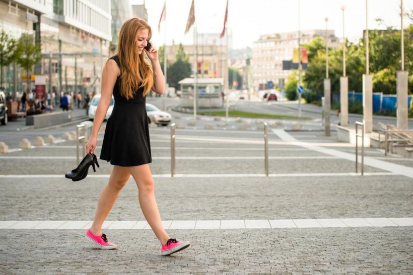 жінка в кросівках