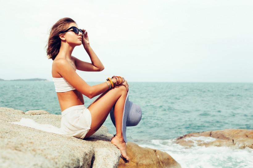 жінка море
