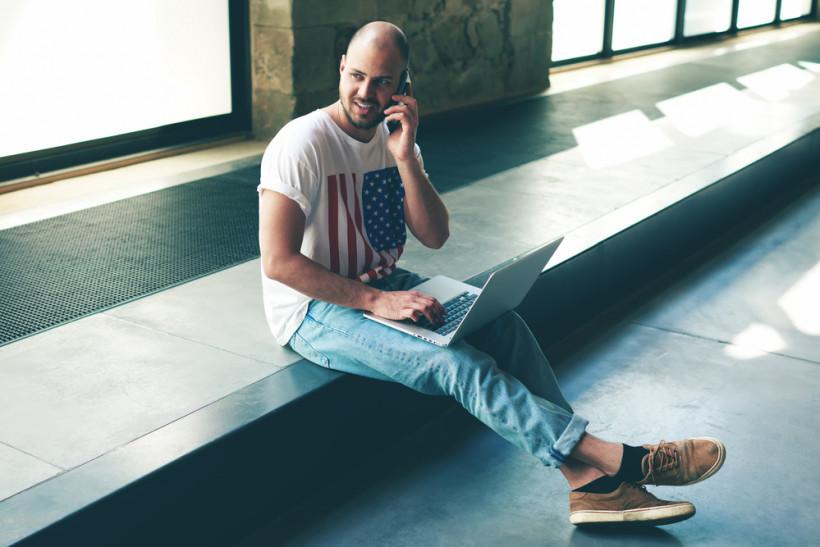 Мужчина говорит по телефону в коворкинге