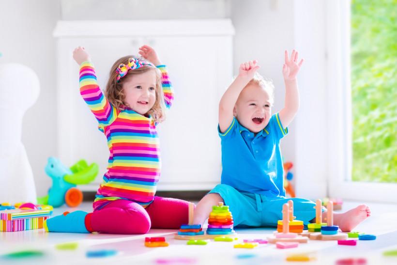 дети играют в детской комнате