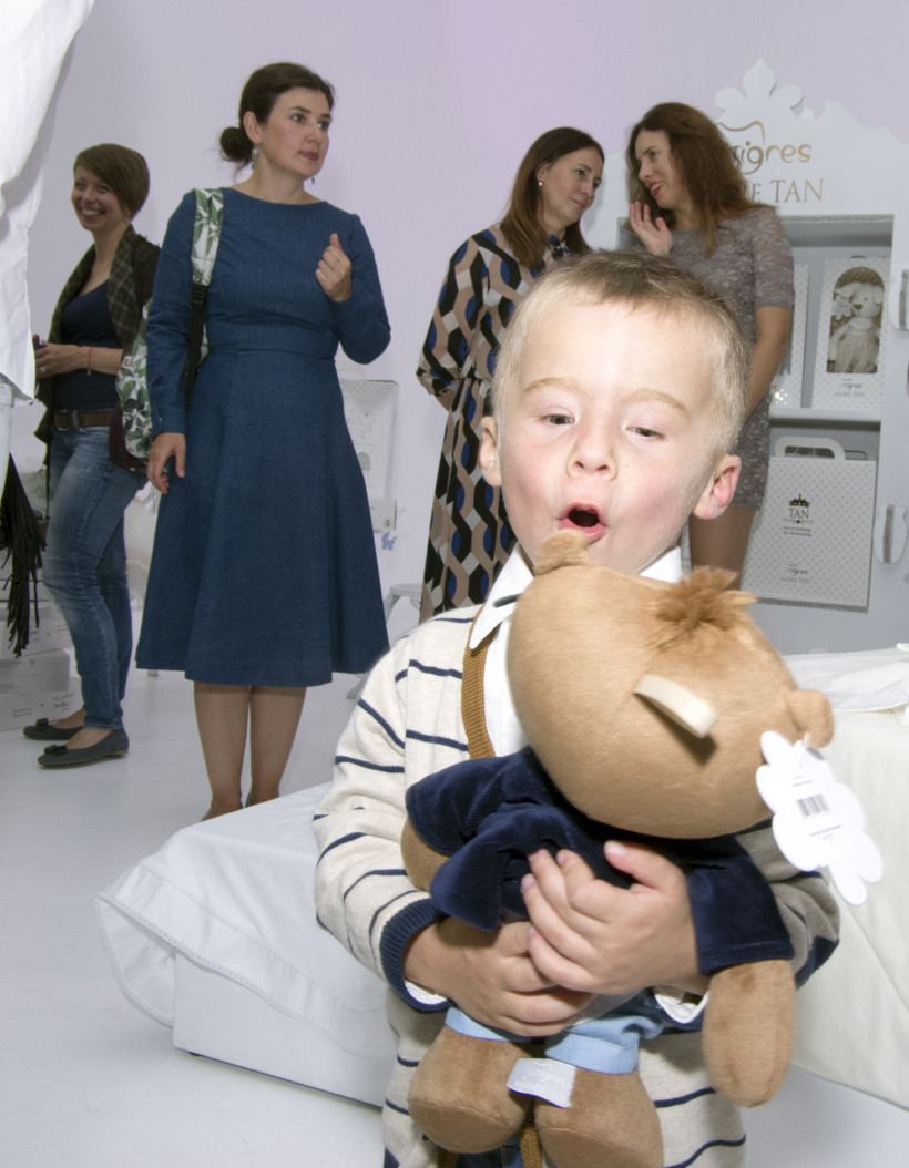 Малыш с игрушкой от Андре Тана
