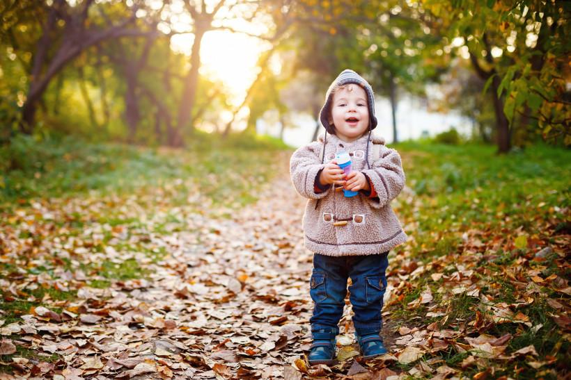 ребенок на прогулке в парке