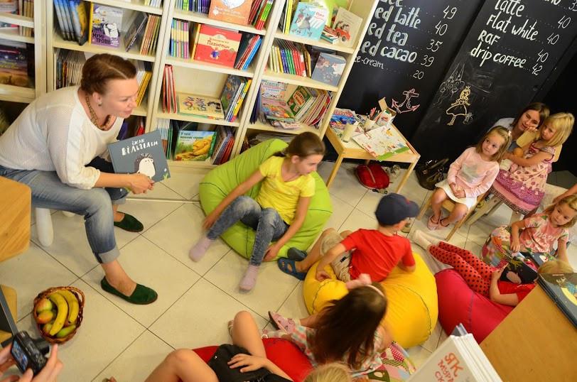 Таня Стус читает детям