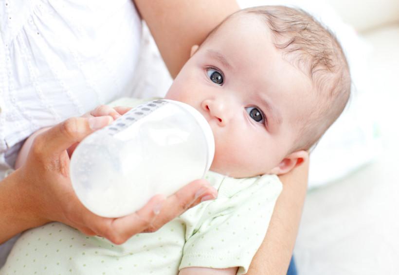 мама кормит ребенка с бутылочки
