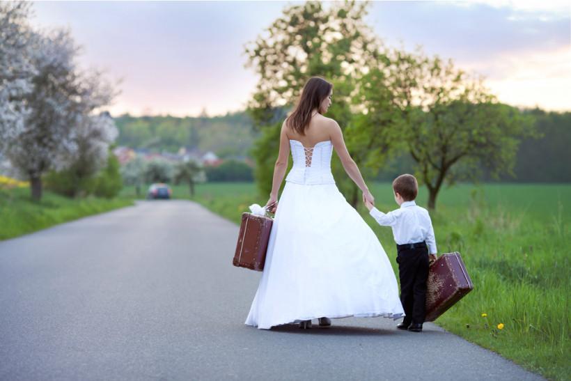 Невеста и чемоданом и ребенком на дороге