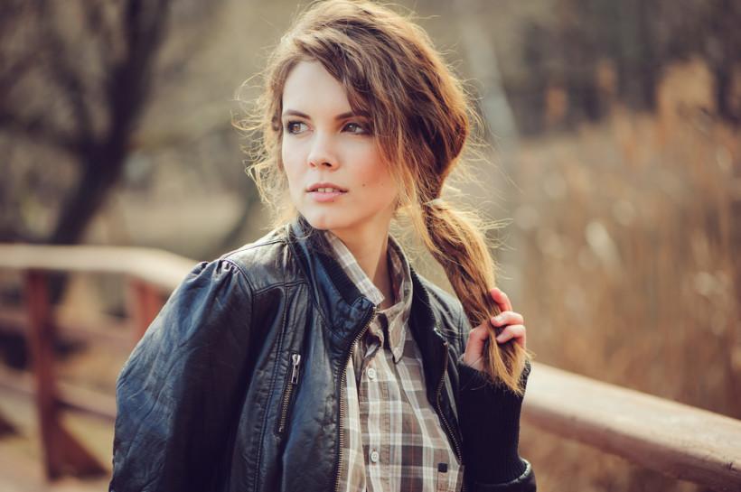красивая женщина в кожаной куртке