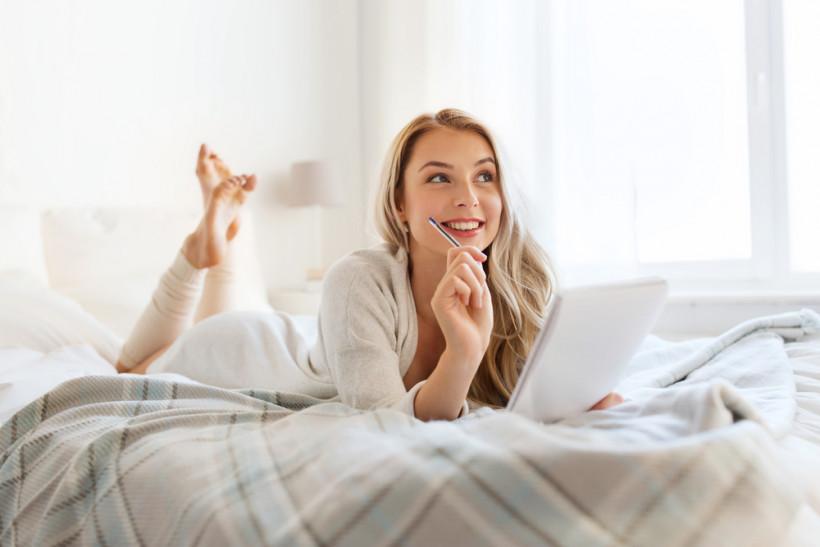 задумчивая женщина в кровати