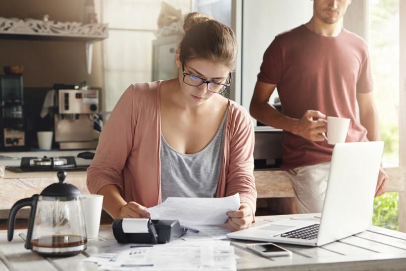 Женщина считает семейный бюджет