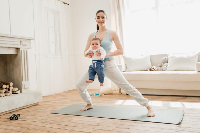 мама-йог с ребенком