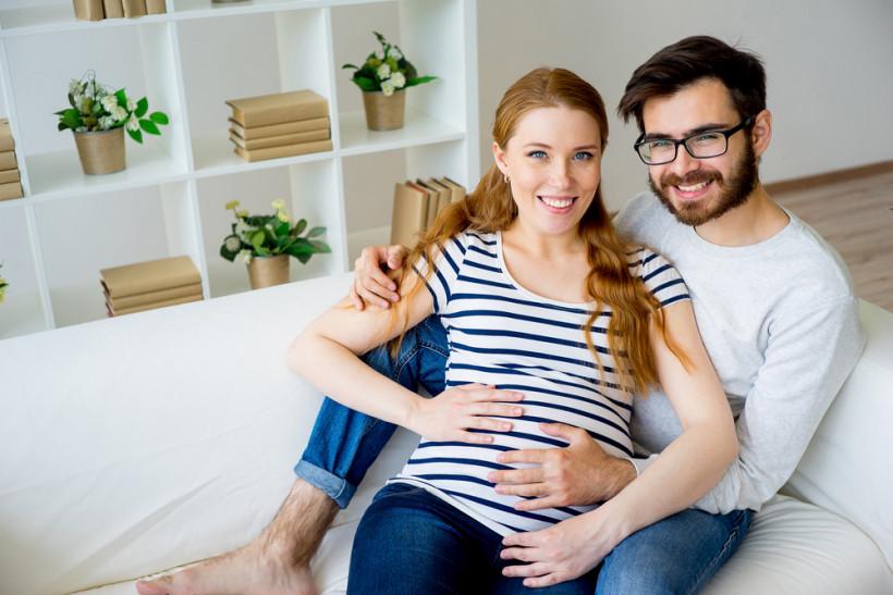 беременная с мужем дома
