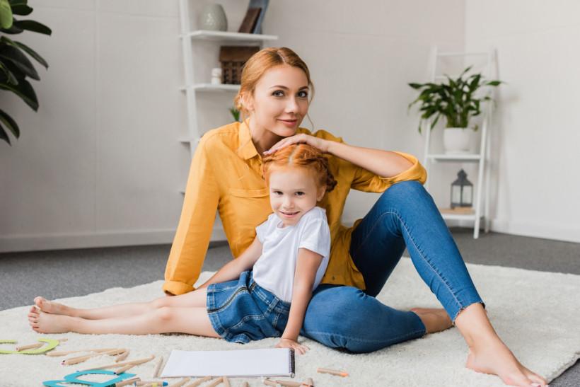 рыжая мама и дочка дома
