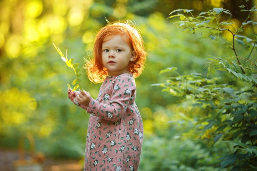 рыжая малышка на прогулке