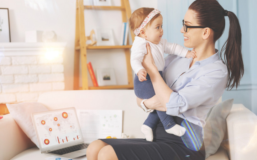 деловая мама с ребенком на руках
