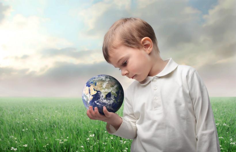 Ребенок рассматривает модель Земли
