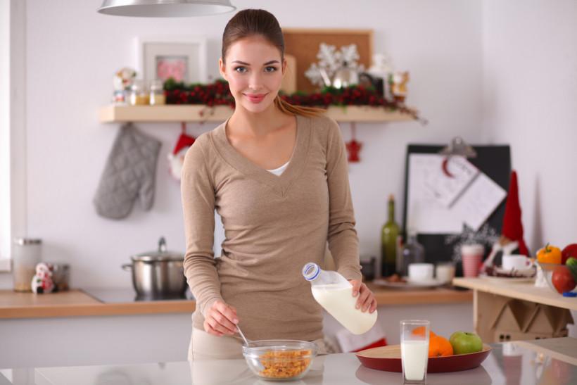 готовит завтрак