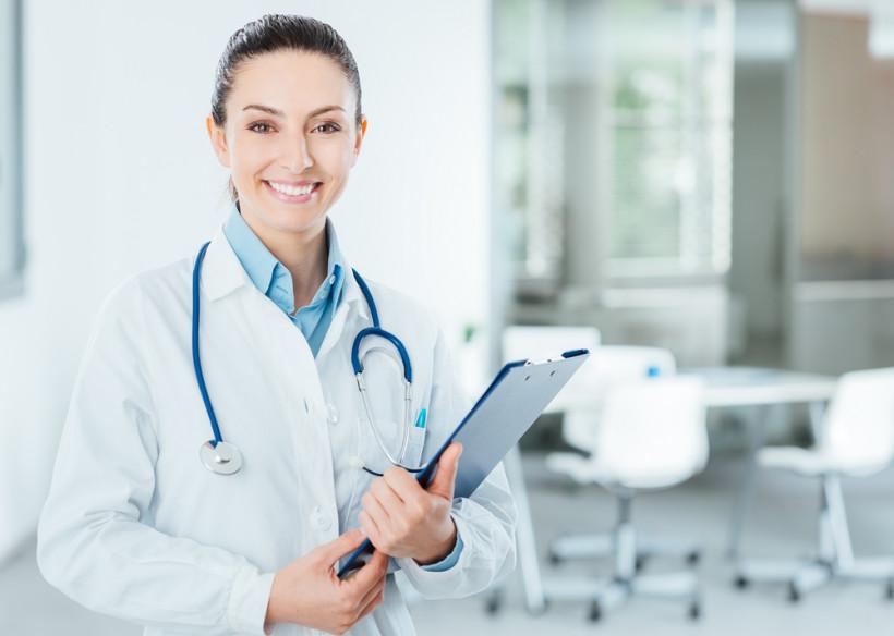 Доктор с документами в руках