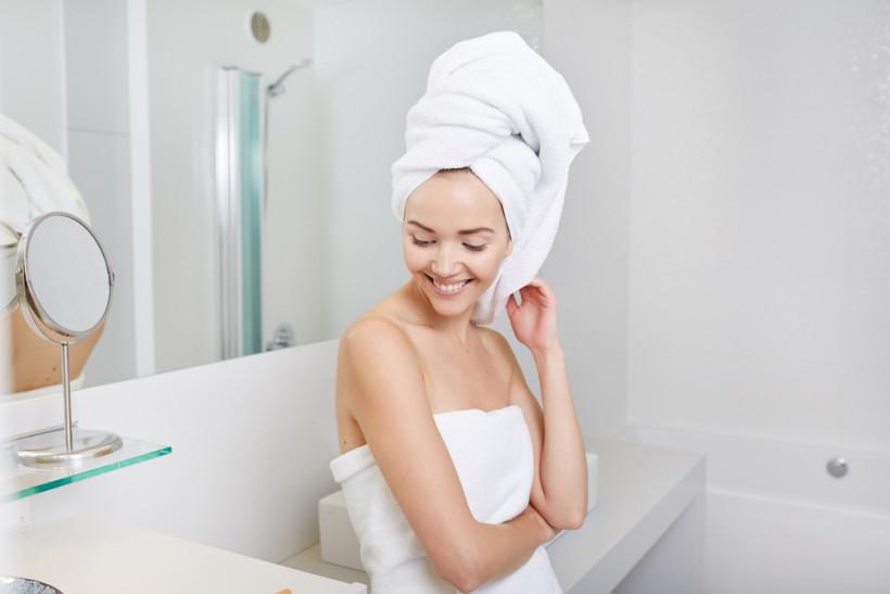 женщина ухаживает за кожей в ванной