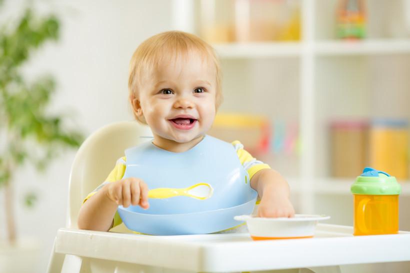 маленький мальчик ест