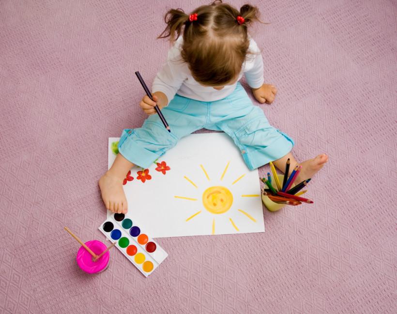 малышка рисует красками