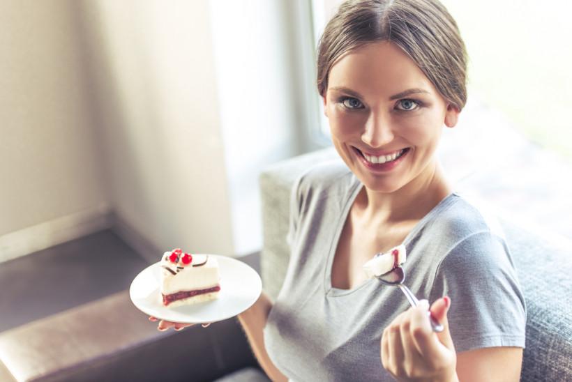 беременная ест торт