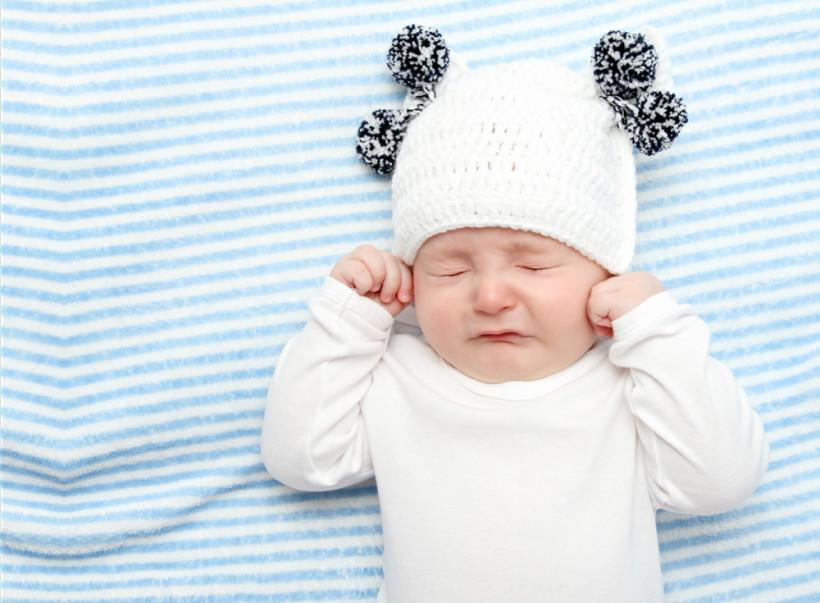 Ребенок закрыл глаза и ушки