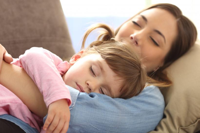 Мама обнимает ребенка: вакцинация лучший способ защиты