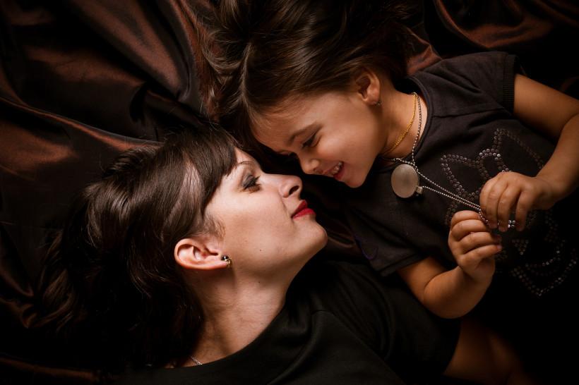 Мама и дочь на бархатном фоне - Марина Довбыш