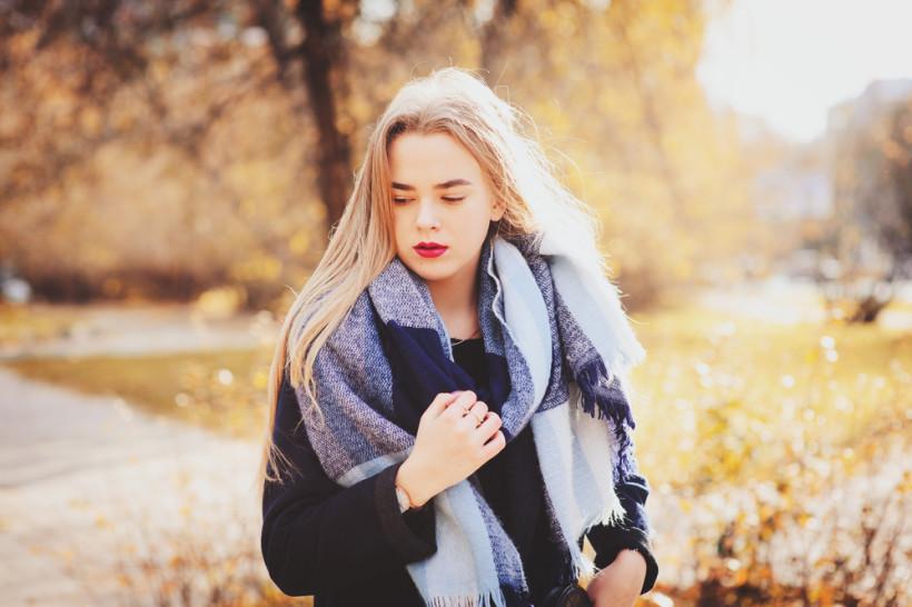 девушка восенне парке