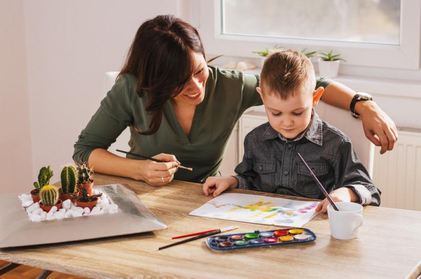 мальчик рисует с мамой