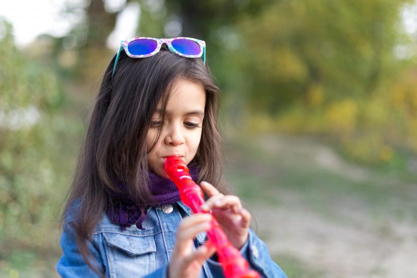 Верочка играет на сопилке