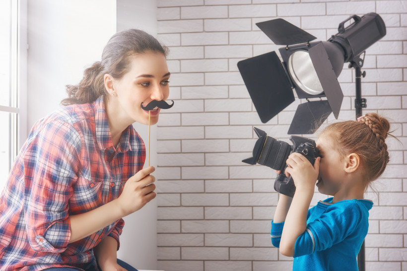 Фотосессия - дочь фотографирует смешную маму