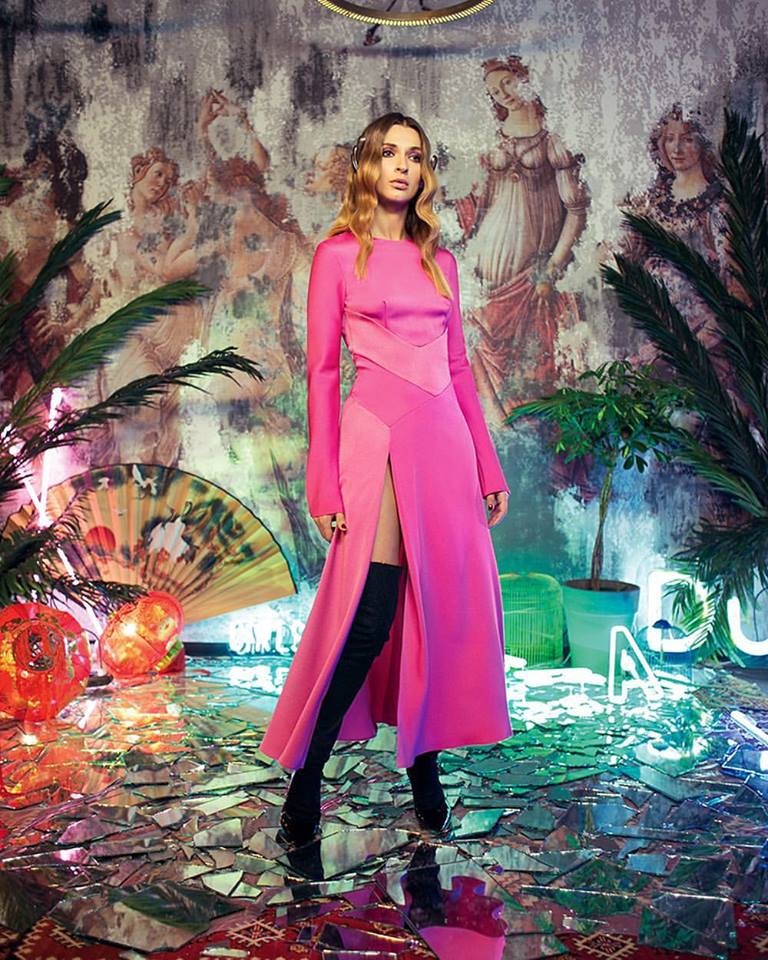 розовое платье с разрезом