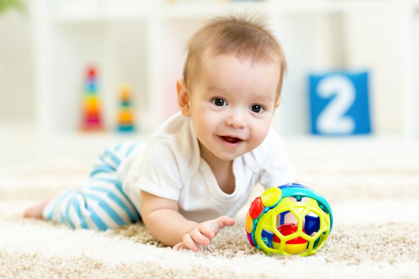 Малыш с игрушкой на полу