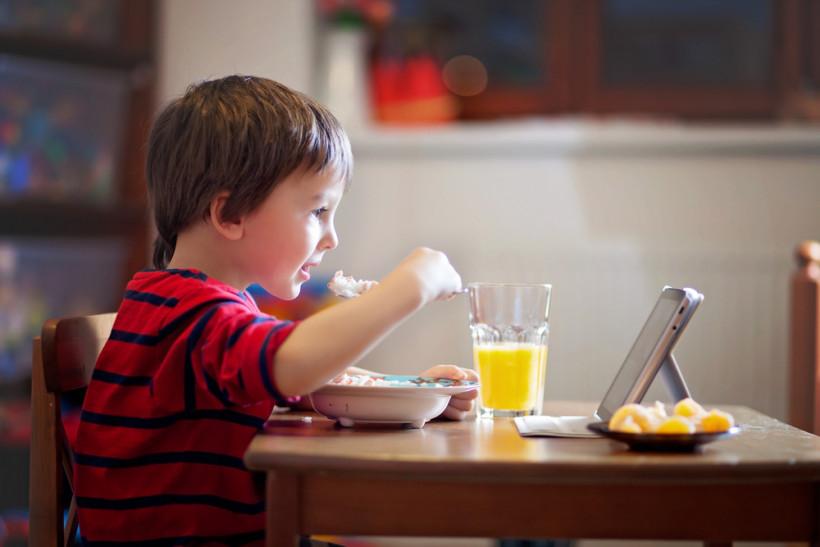 хлопчик їсть