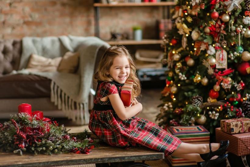 девочка с подарком на новый год