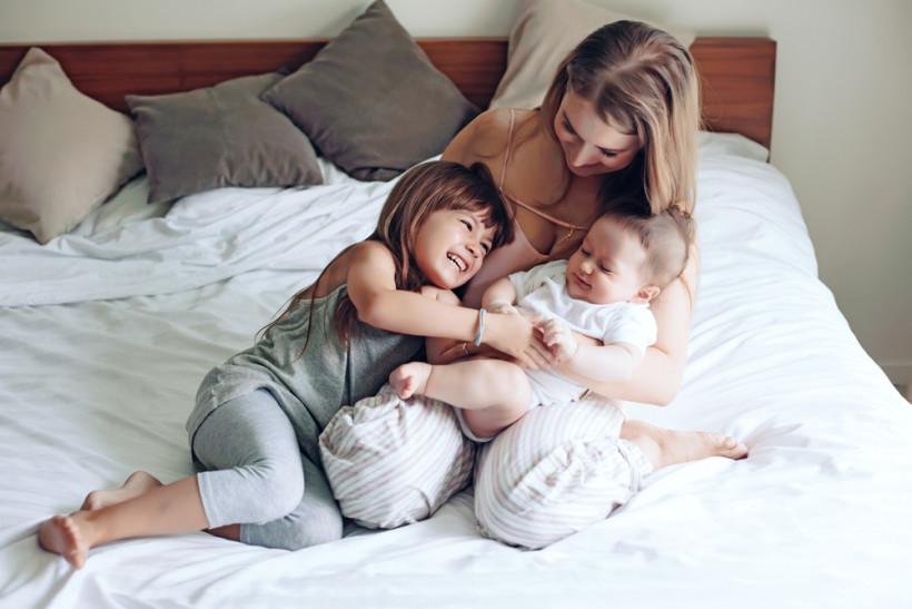 счастливая мама с детьми