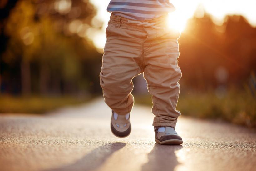 ребенок ходит
