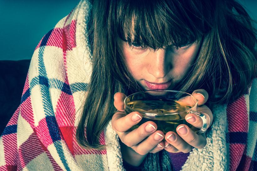 Девушка болеет и пьет чай - ларингит