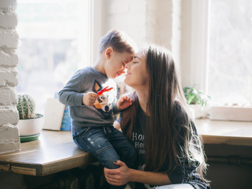 мама целует сына в лицо