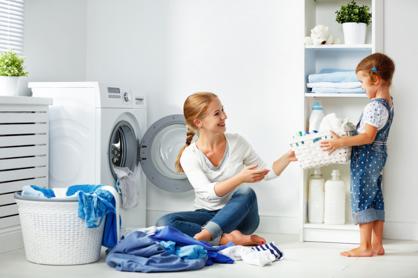 дочка с мамой стирают