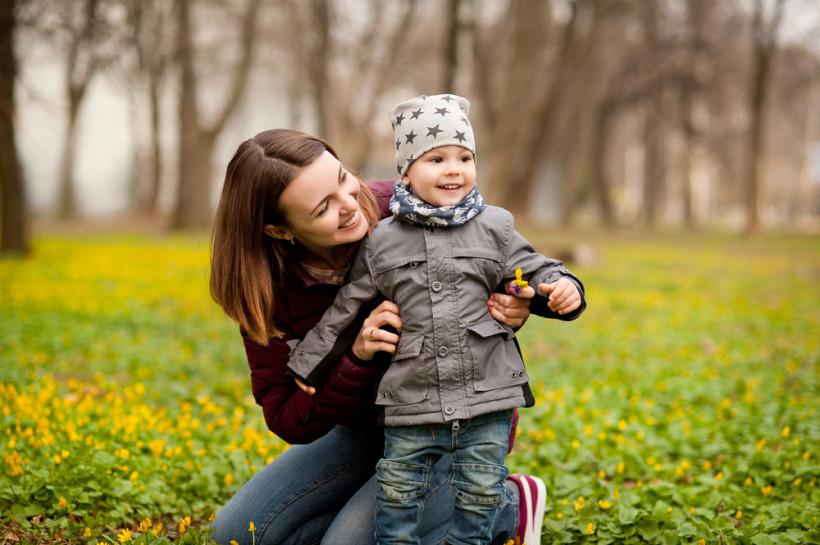 на прогулке с ребенком