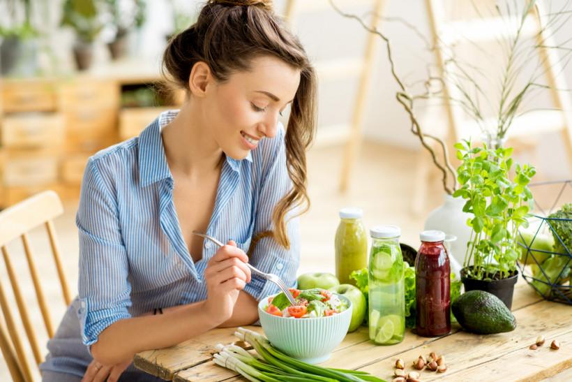 девушка ест вкусный салат
