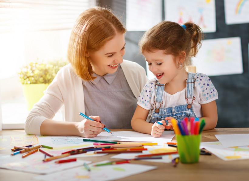 мама с дочкой рисуют карандашами